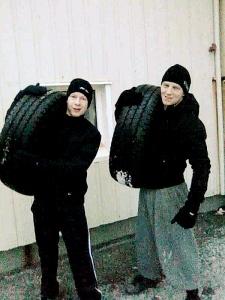 """""""The Ice Viking"""" og """"Björninn"""" hraustir eftir 400 m dekkjakast á Þorláksmessu!"""